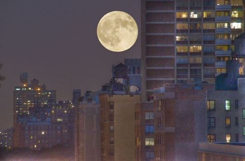 Jul_9,_2009_-_Full_moon_over_96th_St